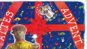 Julkalender. Atte med en sprakasticka i handen framför en blå kalender med en röd rosett.