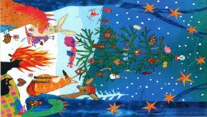 Julkalender 2018. En räv, en drake, en kanin, en häst, ett par katter och en hjort sitter runt en lägereld ute i skogen. I skogen finns en julgran och himlen är mörkblå.