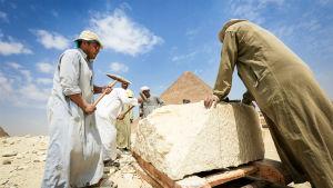 Kaksiosainen dokumentti seuraa Gizan pyramidin arkeologisia tutkimuksia.