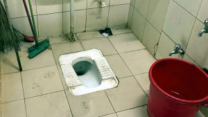 En toalett som saknar toalettstol.