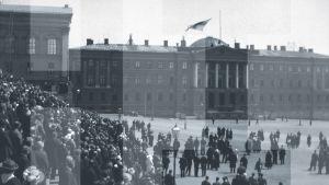 Suomen lippu nostetaan salkoon Senaatintalon katolle. Siniristilippu julistettiin Suomen lipuksi 29.5.1918.