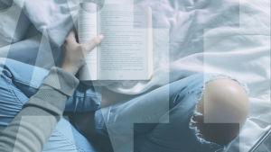 risti-istunnassa olevan ihmisen jalat ja pitelee kirjaa