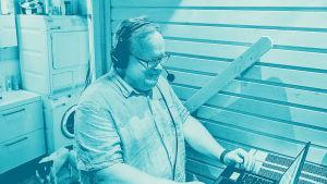 Digitreenien pääkuvapohjassa ihminen läppärin ääressä luurit korvilla. Kuvassa tekstit: Etäpalaverit, Digitreenit ja Yle.fi/oppiminen.