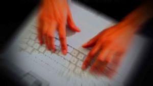 kädet näppäimistöllä (käsitelty kuva)