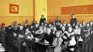 En skolklass fotograferad 1921. Eleverna sitter i sina pulpeter.