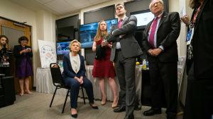 Dokumenttisarja avaa Hillary Rodham Clintonin elämää sekä Yhdysvaltojen politiikkaa.