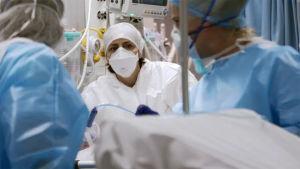 Dokumentti pääsee seuraamaan lääkäreiden työtä italialaissairaalassa koronapademian keskellä.