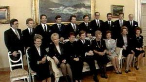 Gruppbild av Esko Aho och hans 17 ministrar.
