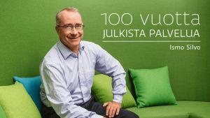 Ylen julkisen palvelun johtaja Ismo Silvo istuu vihreällä sohvalla. Kuvassa teksti 100 vuotta julkista palvelua.