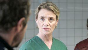 Skådespelaren Stina Ekblad som obducenten Karin Linder i en film om kriminalaren Kurt Wallander.