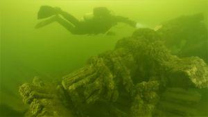 Dykare inspekterar vrak