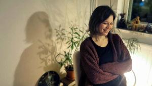 På bilden syns den frilansande dockteaterkonstnären Jenni Rutanen.