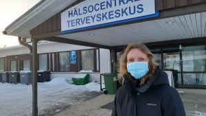 Anna-Maria Sandberg är ledande läkare i Närpes. Här står hon utanför hvc i vinterkläder och munskydd.