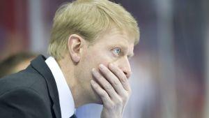 Jukka Rautakorpi håller sig om munnen.