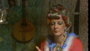 Ennustaja Sylvia (Marjatta Rinne) vaivuttaa Hermannia uneen.