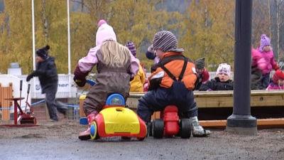 Barn leker på daghemsgården.
