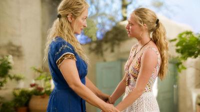 Meryl Streep som Donna och Amanda Seyfried som Sophie i filmen Mamma Mia!