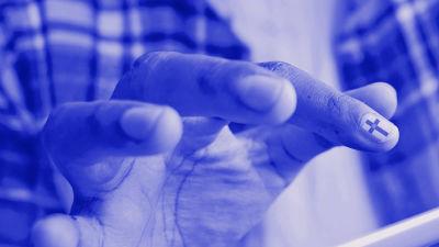 Tekstit: Suomi.fi tutuksi, Digitreenit, yle.fi/oppiminen. Taustakuvassa käsi tabletilla, kynnessä suomi.fin logo.