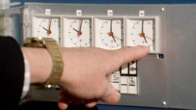 Sormi ja kello havainnollistavat siirtymistä kesäaikaan vuonna 1981.