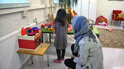 Mamma och barn på mottagningscentral.