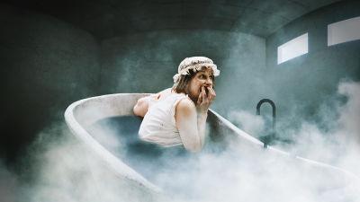 Mielisairaalan potilas kylpyammeessa.