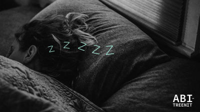 Nukkuva henkilö peiton alla