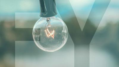 """lähikuva lampusta ja päällä teksti """"FY"""""""