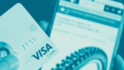 Digitreeniartikkelin pääkuva. Tekstit: Verkko-kauppahuijaukset, Digitreenit, yle.fi/oppiminen. Taustakuvassa maksukortti ja kättä.