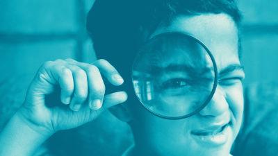Digitreenien pääkuva. Mies kurtistaa kulmiaan käsillään mietteliäänä. Kuvassa tekstit: Digisanasto, Digitreenit ja yle.fi/oppiminen.