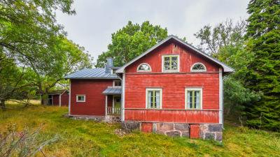 Ett rött hus i trä på Tovö i Ekenäs skärgård.
