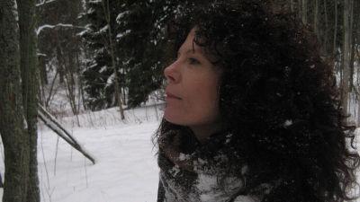Författaren My Lindelöf i en vintrig skog.