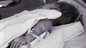 Äitinsä pahoinpitelemä lapsi A-studion reportaasissa vuodelta 1974