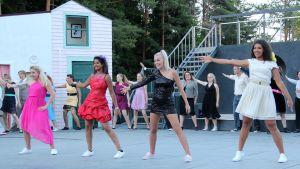 Dansande skådespelare i Footloose.