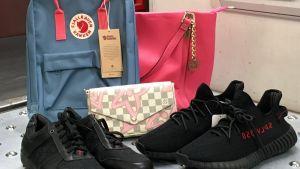 förfalskade varor, på bilden finns väskor och skor.