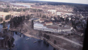 Flygvy från 1980 från Pumpviken och Västra Nylands yrkesskola i Karis.