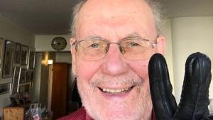 Per-Erik Lönnfors i sitt hem i Munksnäs. Handsken har han på sig på grund av Covid-19, Coronaepidemin. 2020. Detta är hans första selfie.