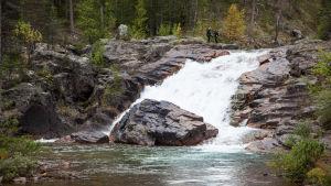 Ravadasköngäs Lemmenjoen kansallispuistossa.
