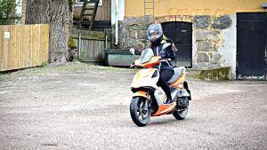 Felicia Wasström kör moped till fotbollsträningarna.