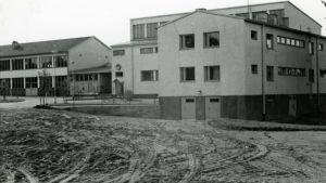 Svartvit bild av Västra Nylands ykesskola, en vit stenbyggnad, från 1969.