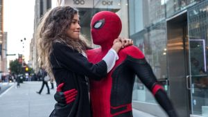 MJ (Zendaya) kramar om Spider-Man (Tom Holland).