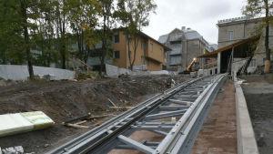 Vy av bergbanans bygge i Åbo, spåren leder upp till Kakolabacken.