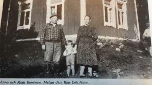 Matti och Anna Tanninen med Klas Erik Holm emellan sig på 1940-talet.