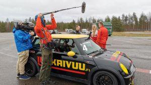 Rata-autoilija Oskar Dahlbacka (vas.), juontaja Susanna Laine ja kauppias Topi Jylhä lähdössä autoradalle.