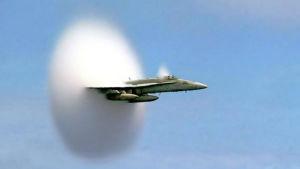 Ett FA18 Hornet går genom ljudvallen.
