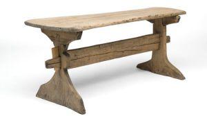 Träbord från år 1713 med en tvärgående balk mellan bordsbenen.