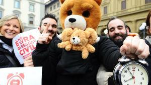 Demonstranter i Florens visade upp en väckarklocka för att uppmana politikerna att skynda på lagen för samkönade partnerskap och kräva fler rättigheter för sexuella minoriteter.