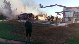 Alavuden Nuorisoseuran talo tuhoutui tulipalossa sunnuntaina 31.5.2020
