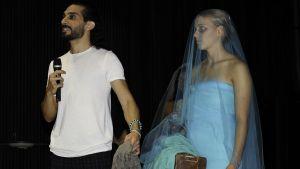 Bahaulddin Rawi förklarar budskapet bakom en klänning han designat.
