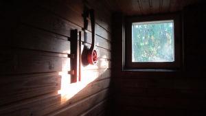 Aamuaurinko paistaa saunamme ikkunnasta luoden seinälle kauniin valoilmiön.