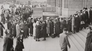 Ihmiset jonottavat pääsyä pois Helsingistä lokakuussa 1939.